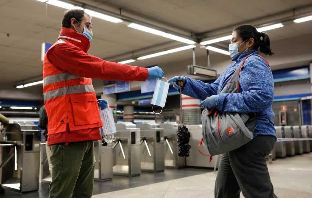 Spaanse regering deelt gratis mondmaskers uit bij stations