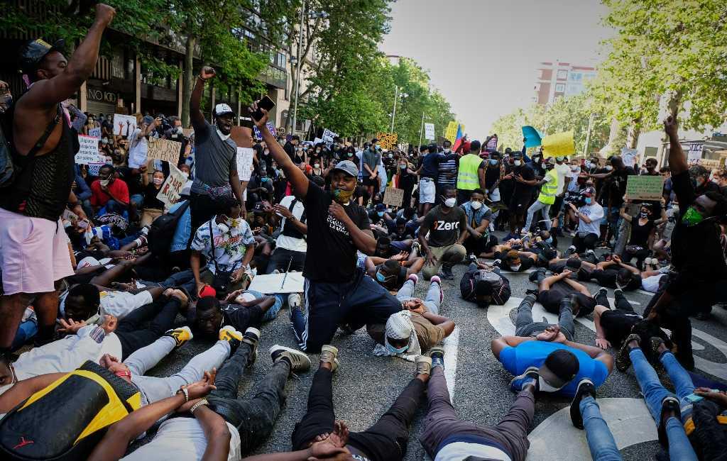 Duizenden Spanjaarden demonstreren tegen racisme Verenigde Staten