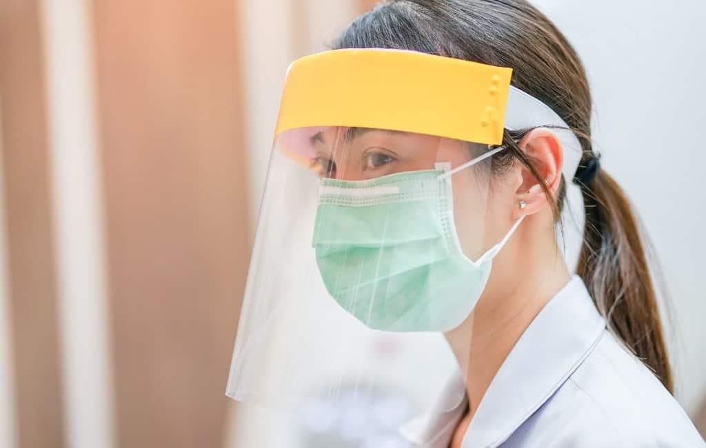 Helpen de transparante kunststof gezichtsmaskers wel tegen corona?