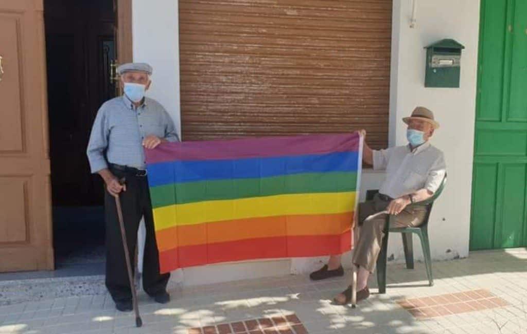 400 regenboog-vlaggen uit protest in dorp Málaga