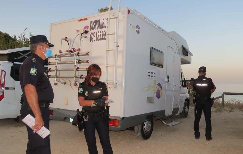 92 kampeerauto eigenaren op de bon geslingerd in Tarifa