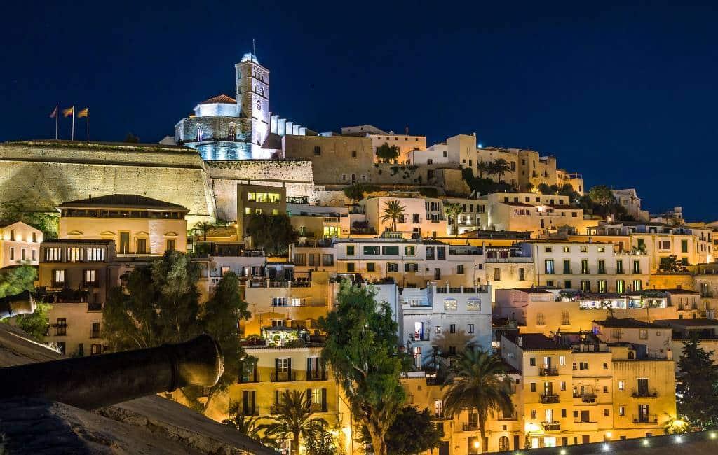 Minder lichtvervuiling op Ibiza vanwege gesloten discotheken