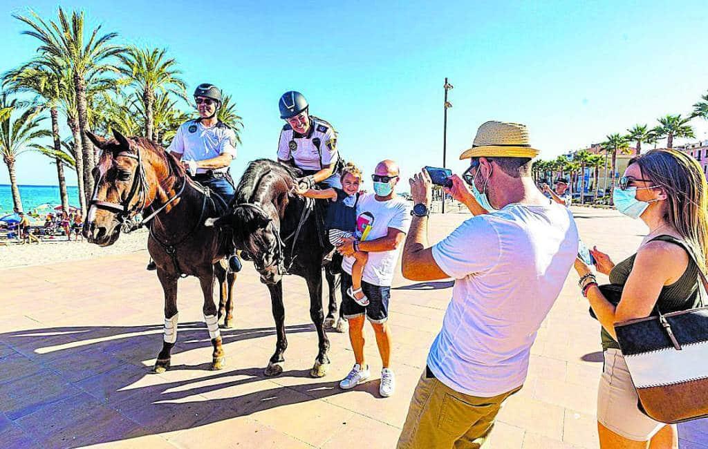 Lokale politie Vila Joiosa patrouilleert te paard