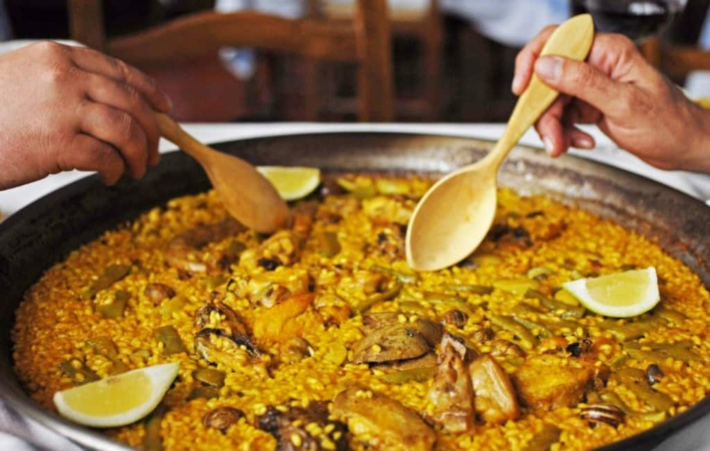 Met je familie uit een paellapan eten wordt afgeraden in Valencia