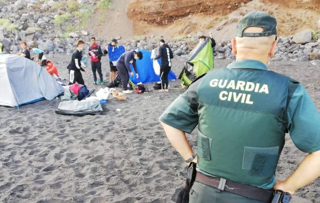 Strand op Tenerife ontruimt na bijeenkomst om coronavirus te verspreiden