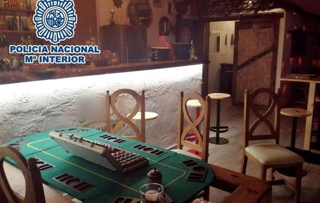 Politie vindt illegaal casino achter verborgen deur kaas- en wijnwinkel Alicante