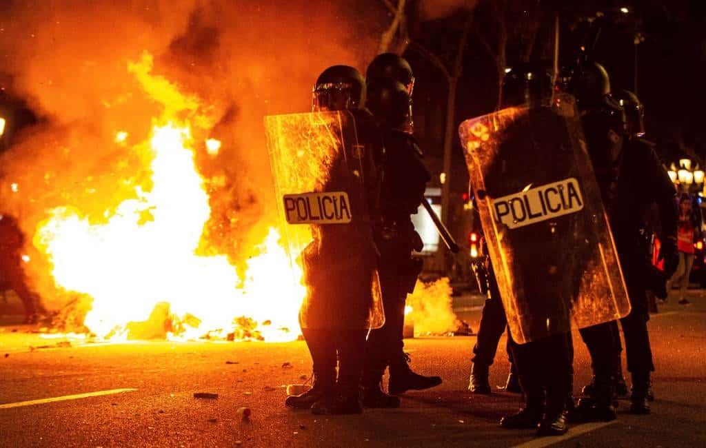 Rellen van corona-ontkenners en de gebruikelijke relschoppers in Spanje