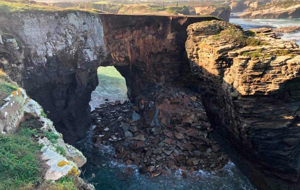 Een van de kathedraal-bogen op bekende strand in Galicië ingestort