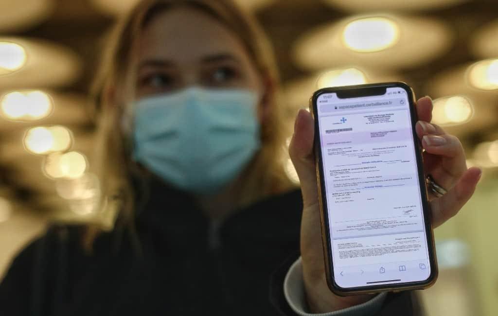 Politie arresteert vrouw voor verkopen valse PCR-test certificaten