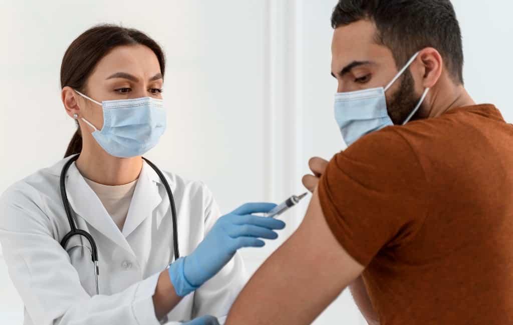 Meer dan de helft van de Spanjaarden wacht liever met corona-vaccinatie