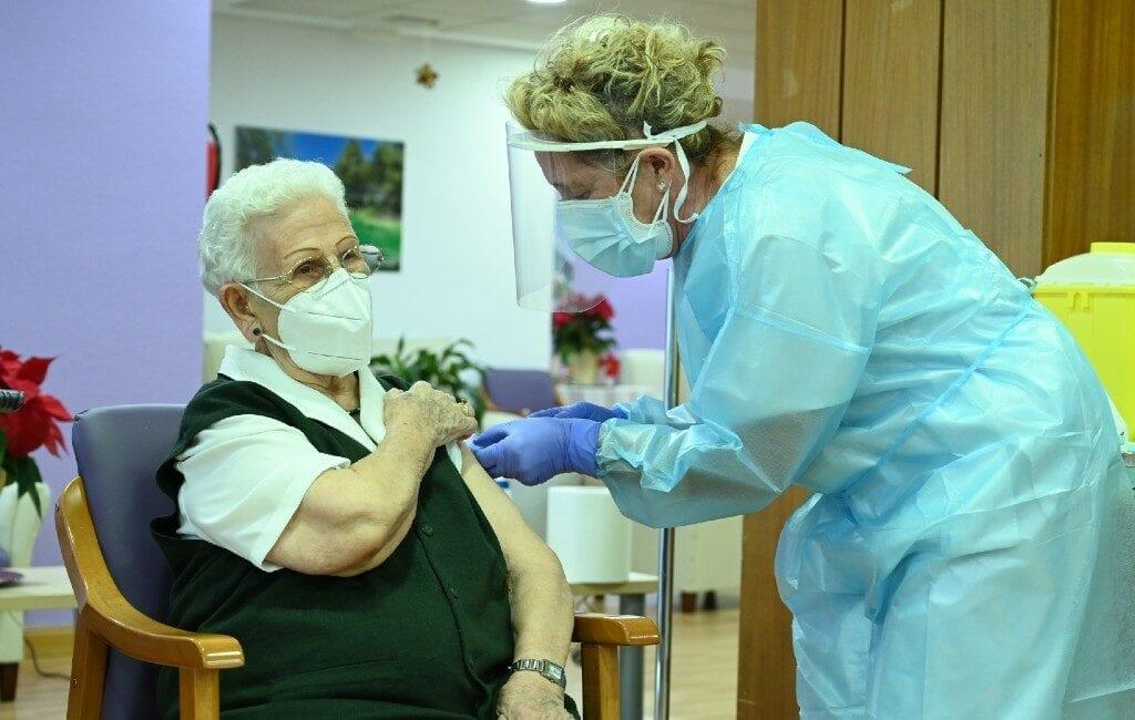 96-jarige Araceli geeft Spanje een beetje hoop na corona-vaccinatie