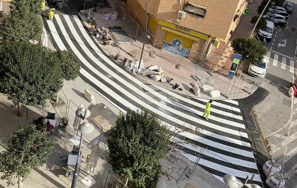 20 meter breed en krom zebrapad in een stad in provincie Alicante