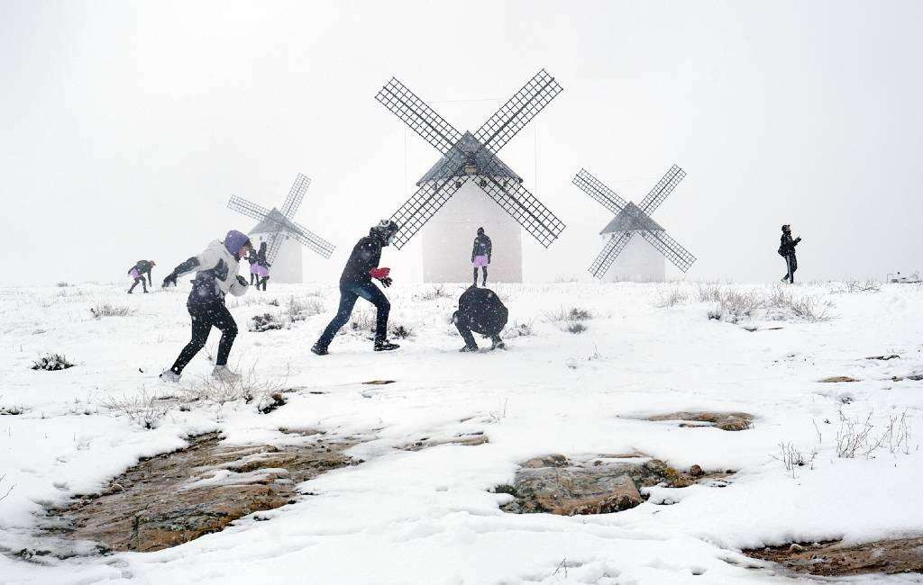 Sneeuw zorgt voor enorme chaos op veel plaatsen in Spanje