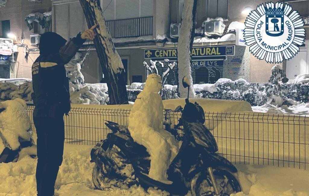 Politie Madrid bekeurt sneeuwpop voor het op een scooter zitten zonder helm