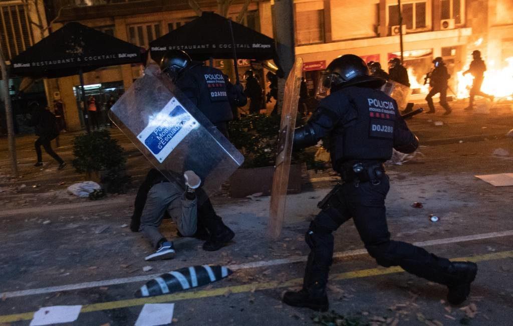 33 gewonden en 14 aanhoudingen bij rellen na arrestatie Spaanse rapper