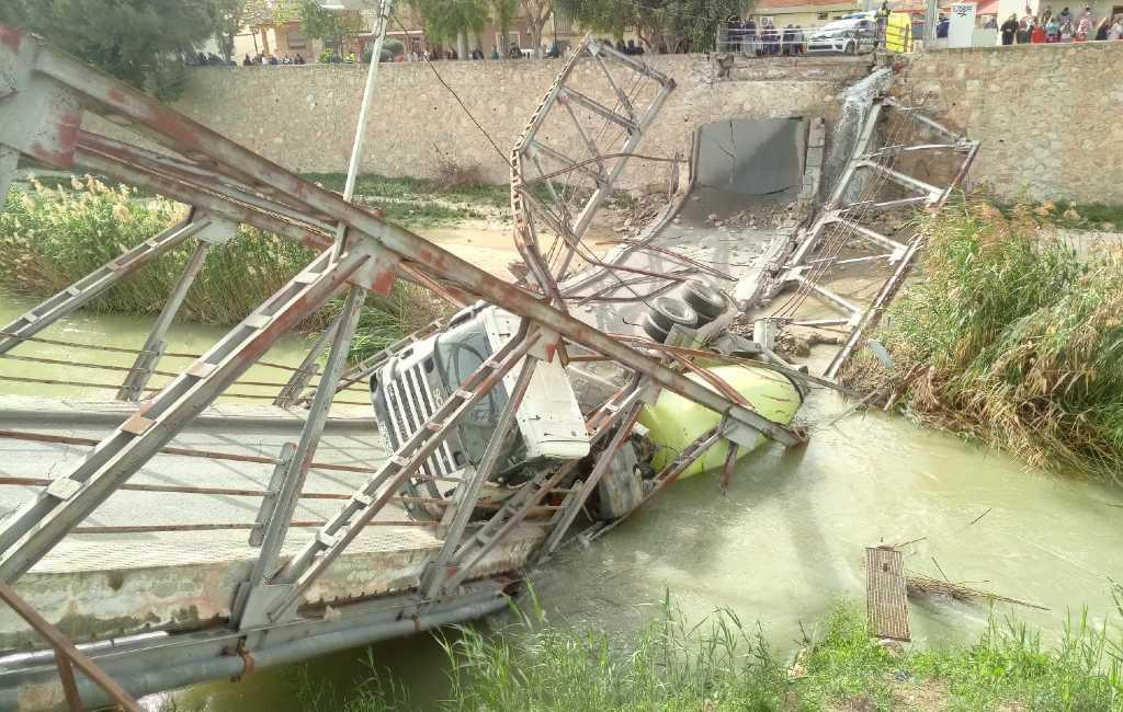 Brug in Murcia begeeft het onder het gewicht van een cementwagen