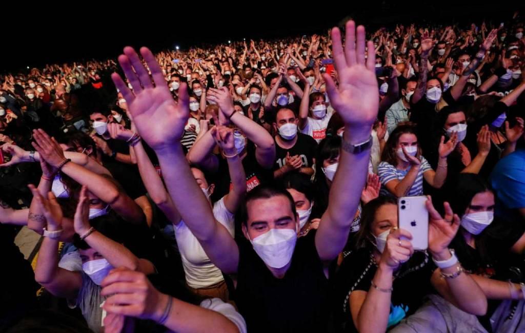 Proefconcert met 5.000 deelnemers in Barcelona van lokale popband Love of Lesbian