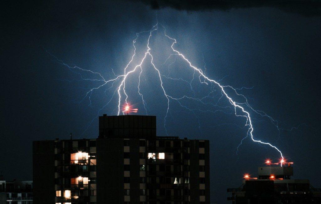 Bekijk een blikseminslag met brand tot gevolg op woonflat Benidorm