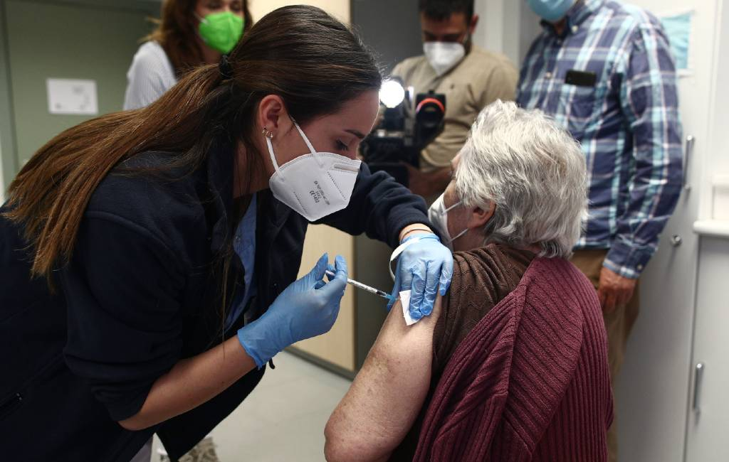 Corona-doden en besmettingen vanwege vaccinatie snel gedaald in bejaardencentra Spanje