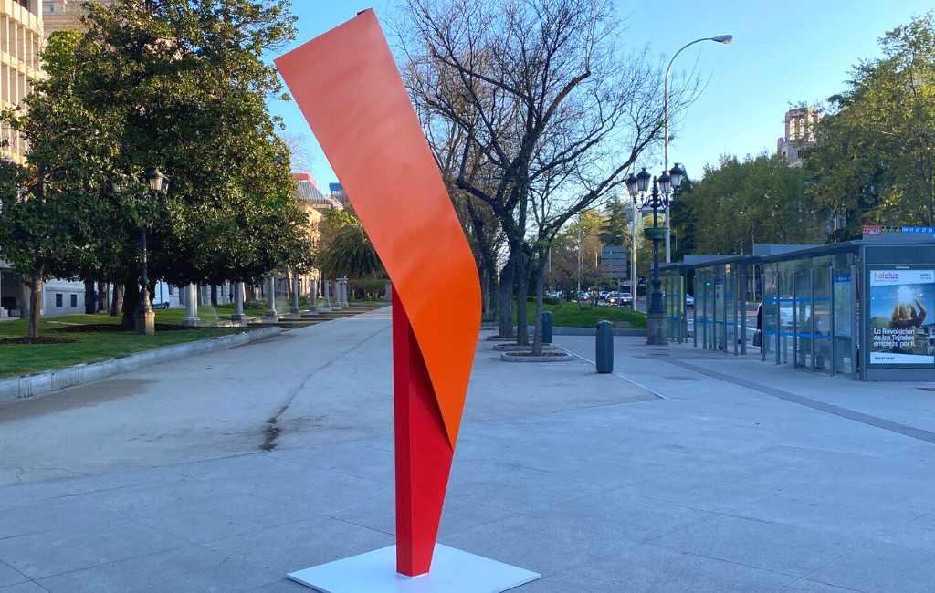 Mysterieuze rode monoliet-sculpturen duiken op in centrum Madrid