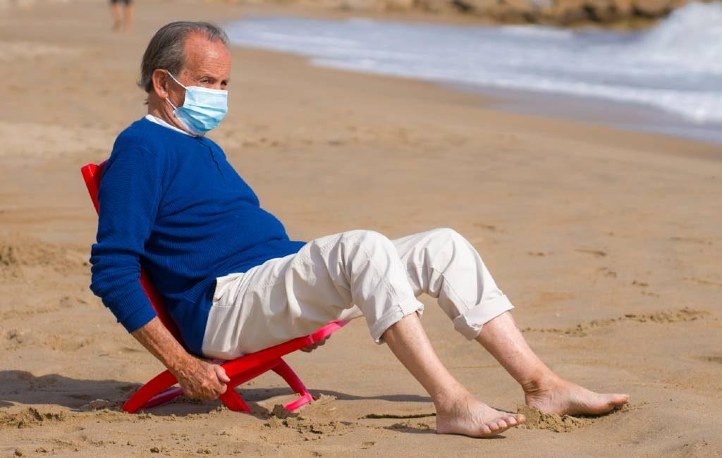 Spanje annuleert deels mondkapjesplicht op het strand, bij het zwembad en in de natuur