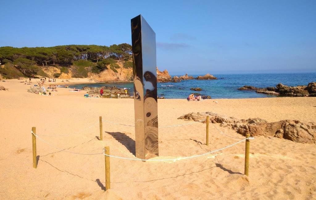 Mysterieuze monoliet Costa Brava na verplaatsing van strand naar park verdwenen
