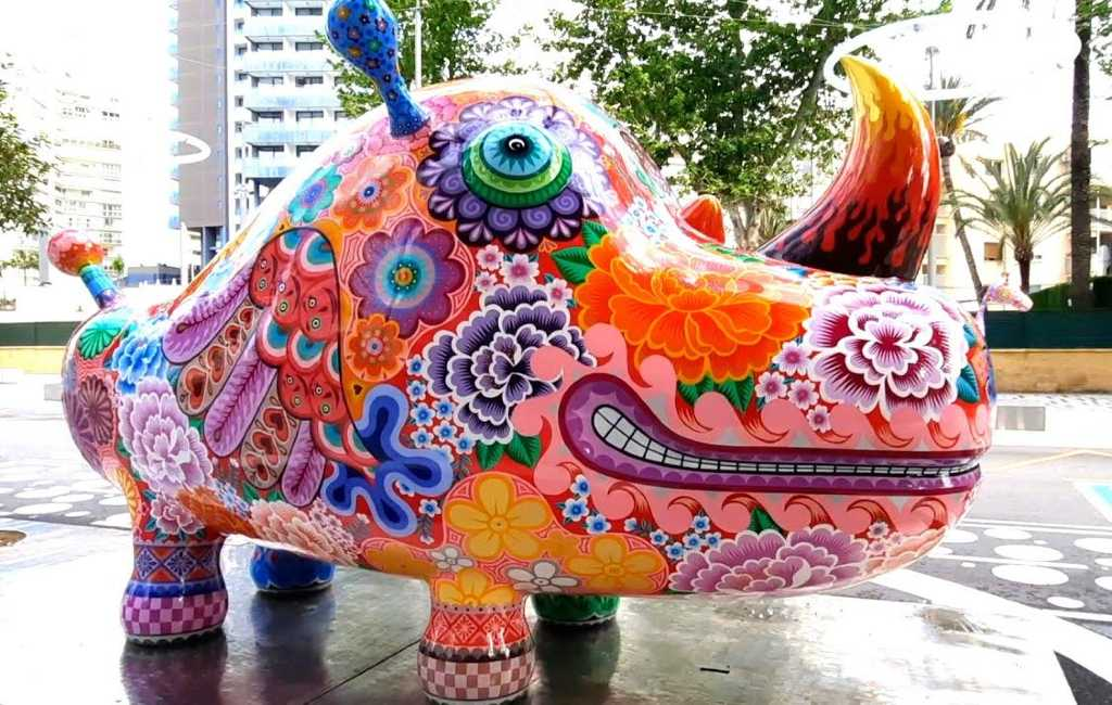 Fantasievolle en kleurrijke 'Galaxia' sculpturen van kunstenaar Hung Yi in Benidorm te zien