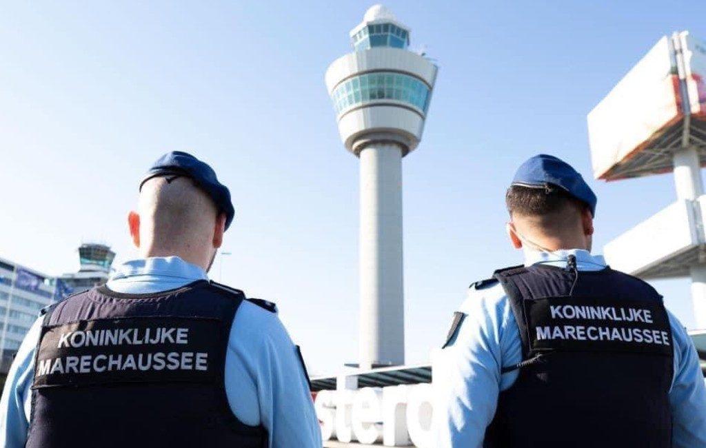 Nederlandse marechaussee pakt zes Spaanse vliegtuigpassagier op vanwege 'baldadigheid'