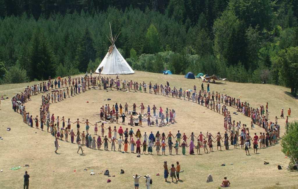 Meer dan 200 hippies van de Regenboogfamilie kamperen illegaal in La Rioja