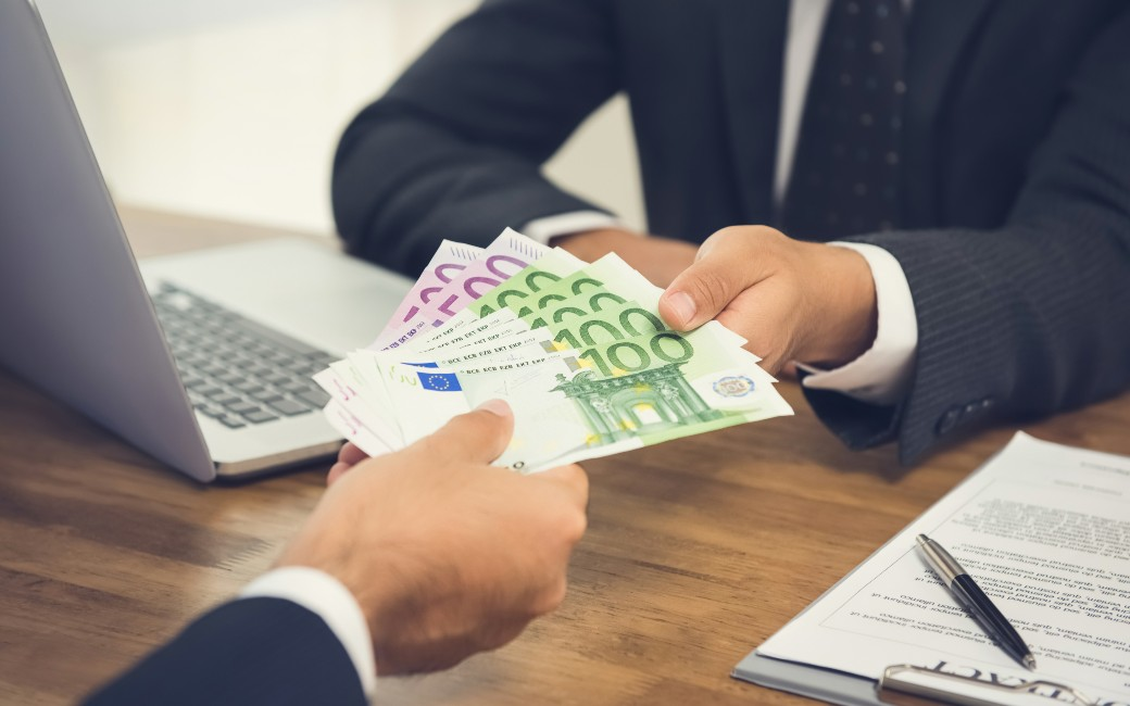 Contante betalingen vanaf 1.000 euro alleen nog met bankpas mogelijk in Spanje