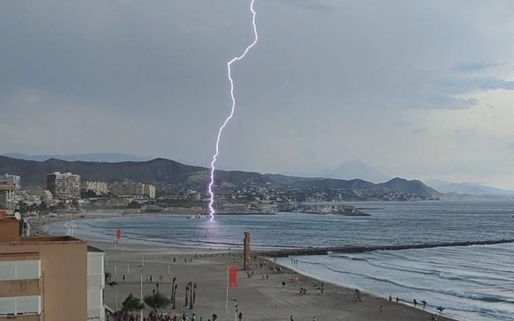 Blikseminslag op het strand van El Campello aan de Costa Blanca (video)