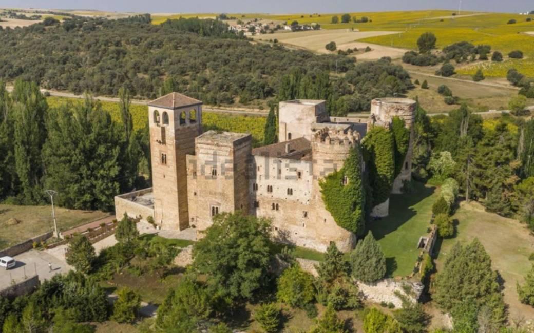Gerestaureerd gotische-mudejar-stijl kasteel te koop in Segovia