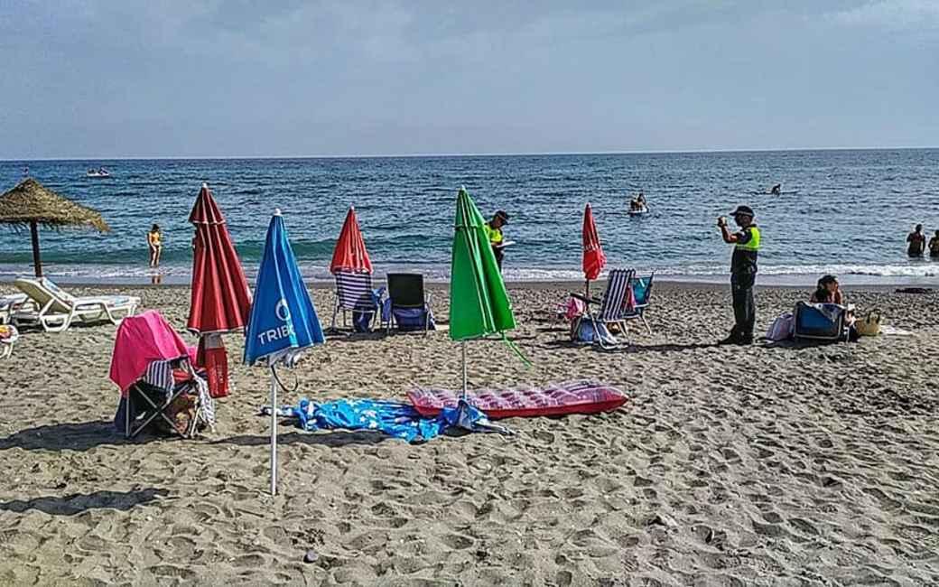 Gemeentebestuur Vila-Seca/La Pineda roept de 'strandreserveerders' een halt toe