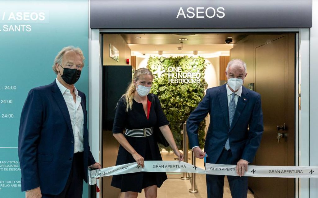 De Nederlandse consul in Barcelona opent toiletten in Sants treinstation