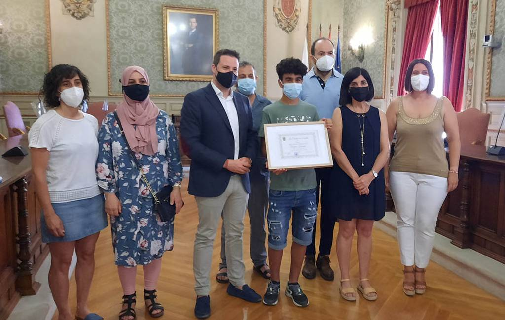 Gemeente Tudela erkent de jongen van 15 jaar die man uit de rivier Ebro redde