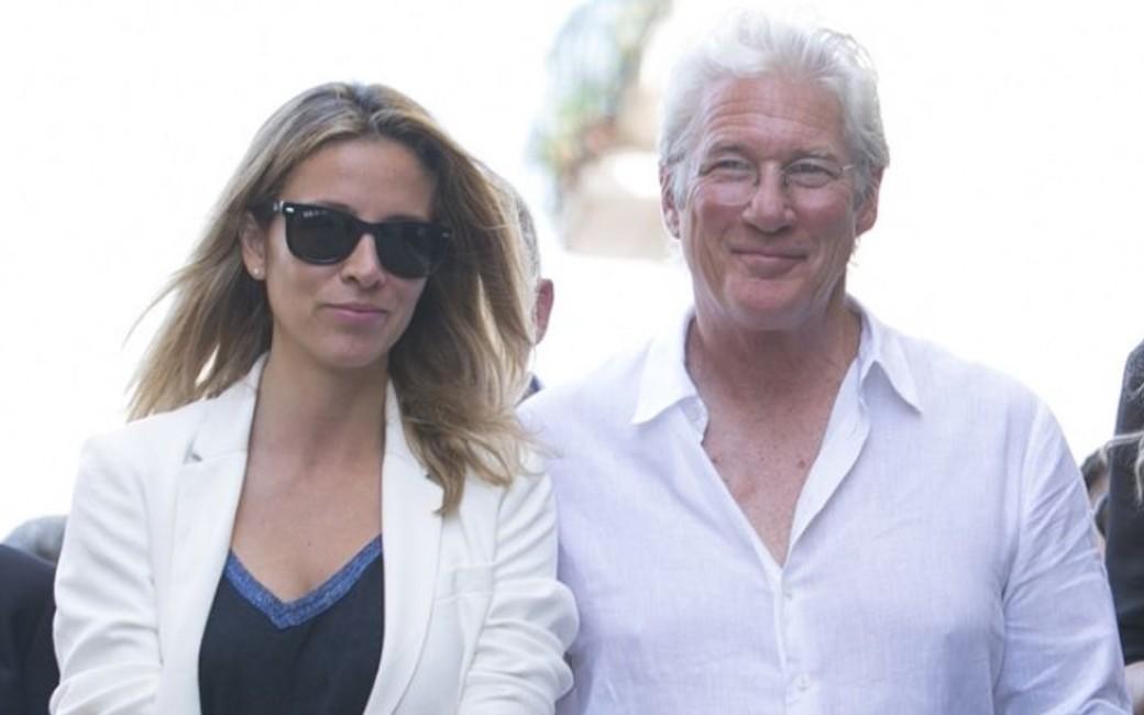 Richard Gere samen met Spaanse echtgenote Alejandra Silva op vakantie in Galicië