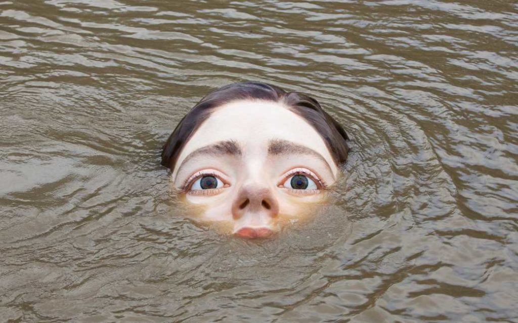 Na een eenzame vrouw op een bankje nu een verdrinkende vrouw in Bilbao als kunstwerk