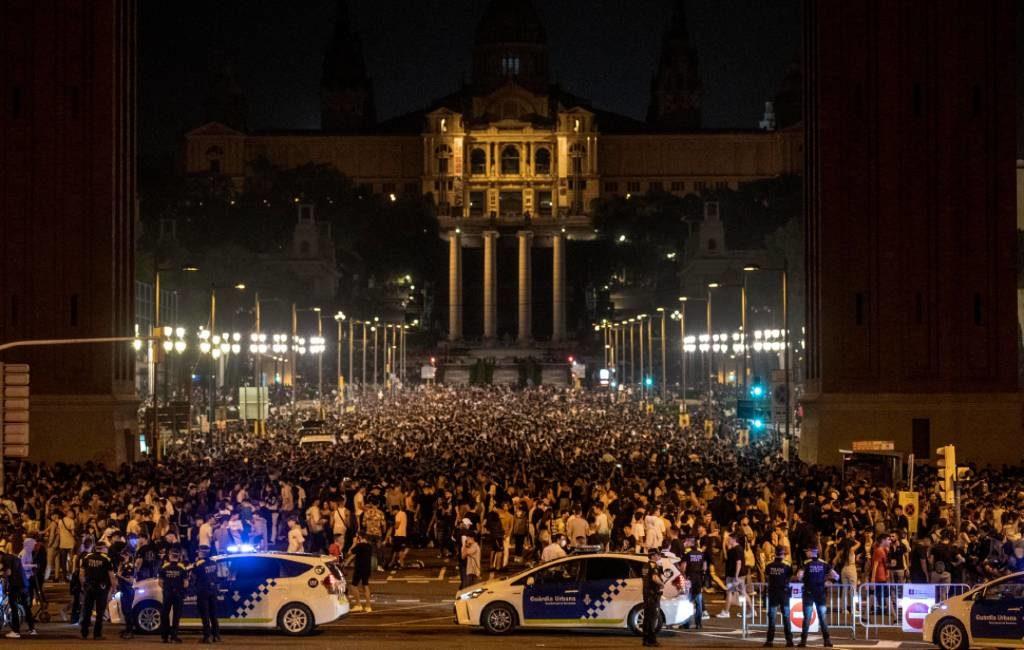 40.000 jongeren bijeen op de Plaza de España en omgeving in Barcelona tijdens macrobottelón