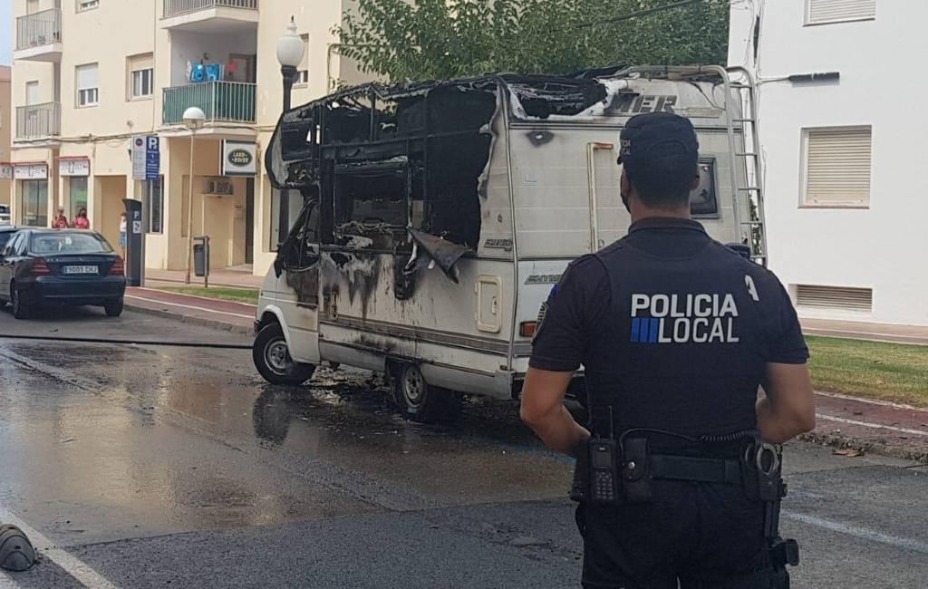 Brandende kampeerauto zorgt voor overlast op Menorca (video)