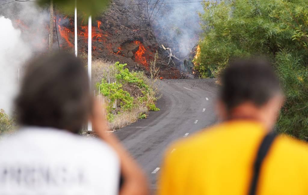 De een vlucht voor het lava en de ander wil foto's maken van vulkaanuitbarsting La Palma