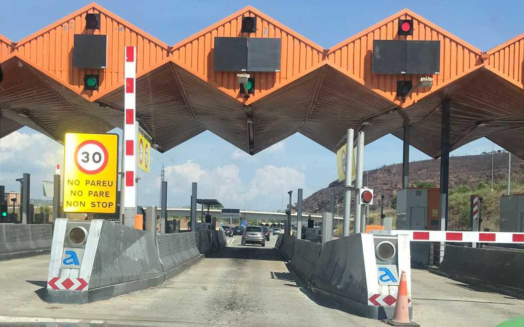 Wat gebeurt nu met de tolpoorten op de tolvrije AP-7 en AP-2 snelwegen in Spanje?