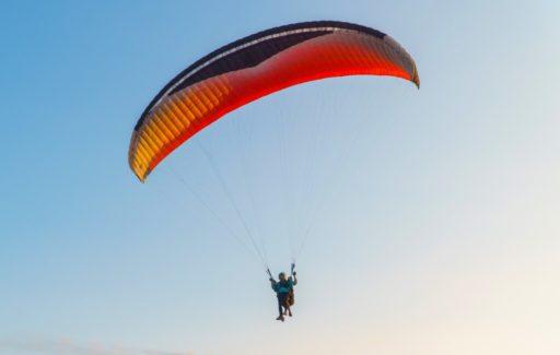 Duitse zweefvlieger moet noodlanding maken na botsing met vliegende gier in Huesca
