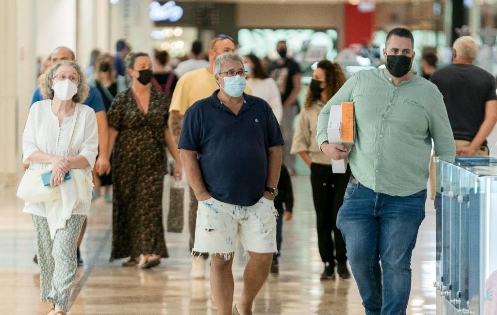 Mondkapjes tot volgend jaar lente nog verplicht in binnenruimtes in Spanje