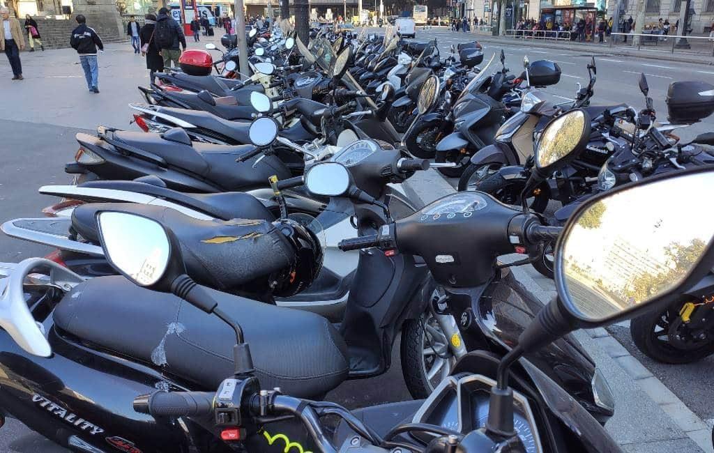 Boetes voor op de stoep geparkeerde motoren/scooters in Barcelona
