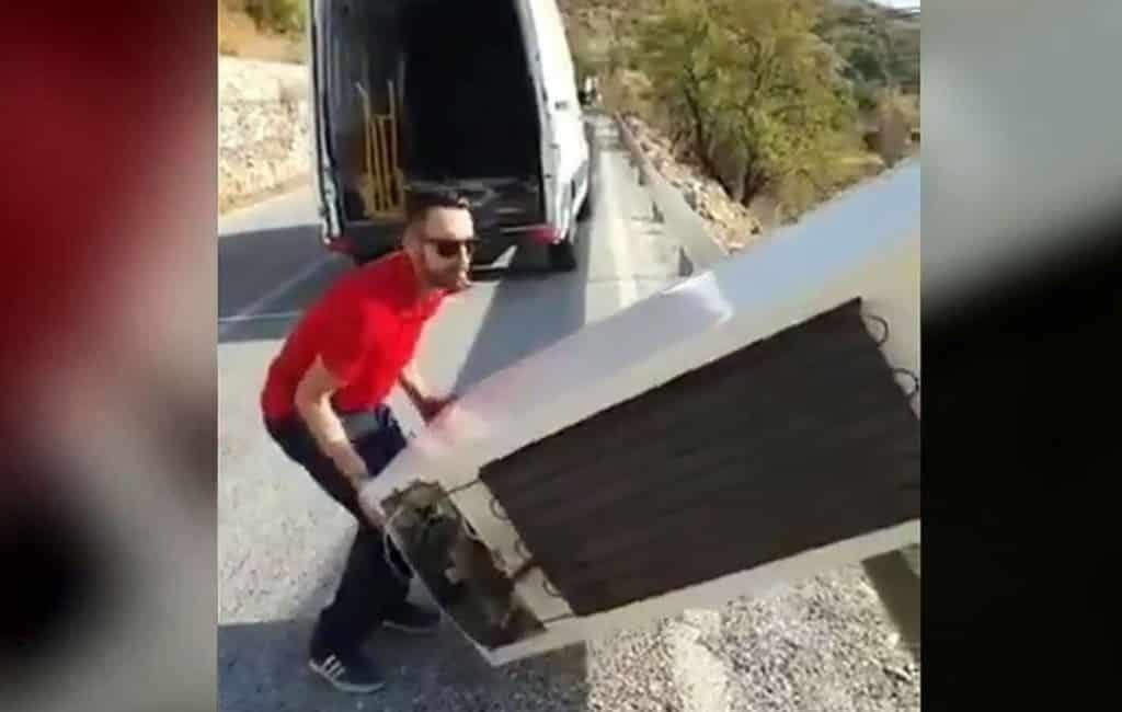 Man dumpt koelkast maar politie laat hem deze opruimen in Almería