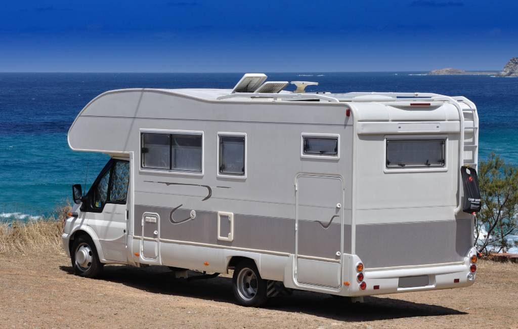 Gemeente Alicante gaat controle op campers bij Agua Amarga strand verhogen