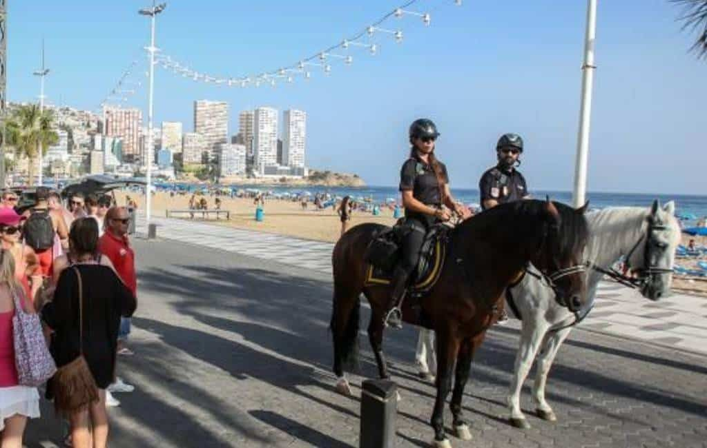 Politie patrouilleert met paarden in Benidorm