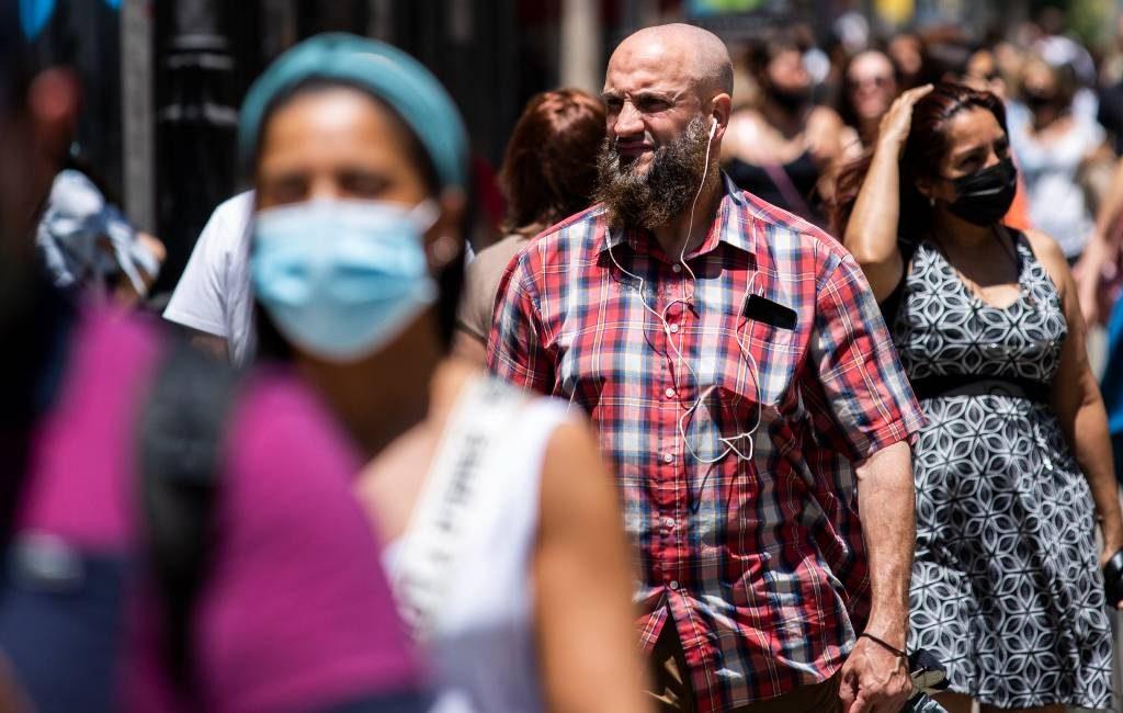De een is dolblij de ander voorzichtig op eerste mondkapjes-loze dag in Spanje