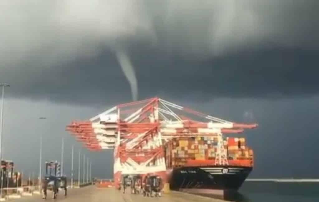 Kleine tornado zorgt voor schade in haven Barcelona