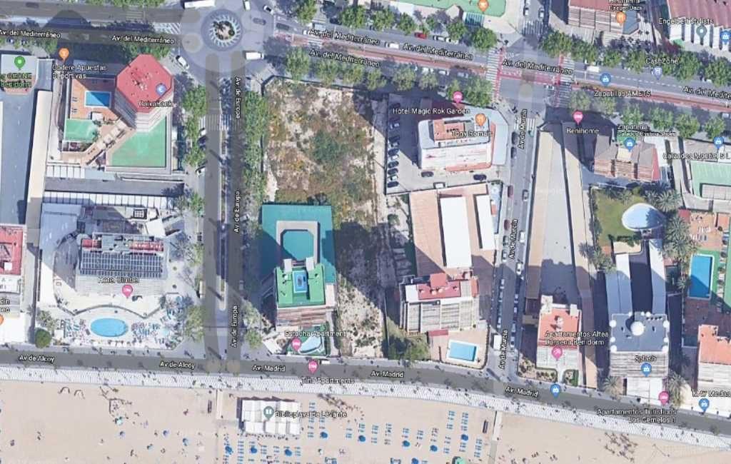 Tijdelijke parkeerplaats op leeg perceel kust Benidorm